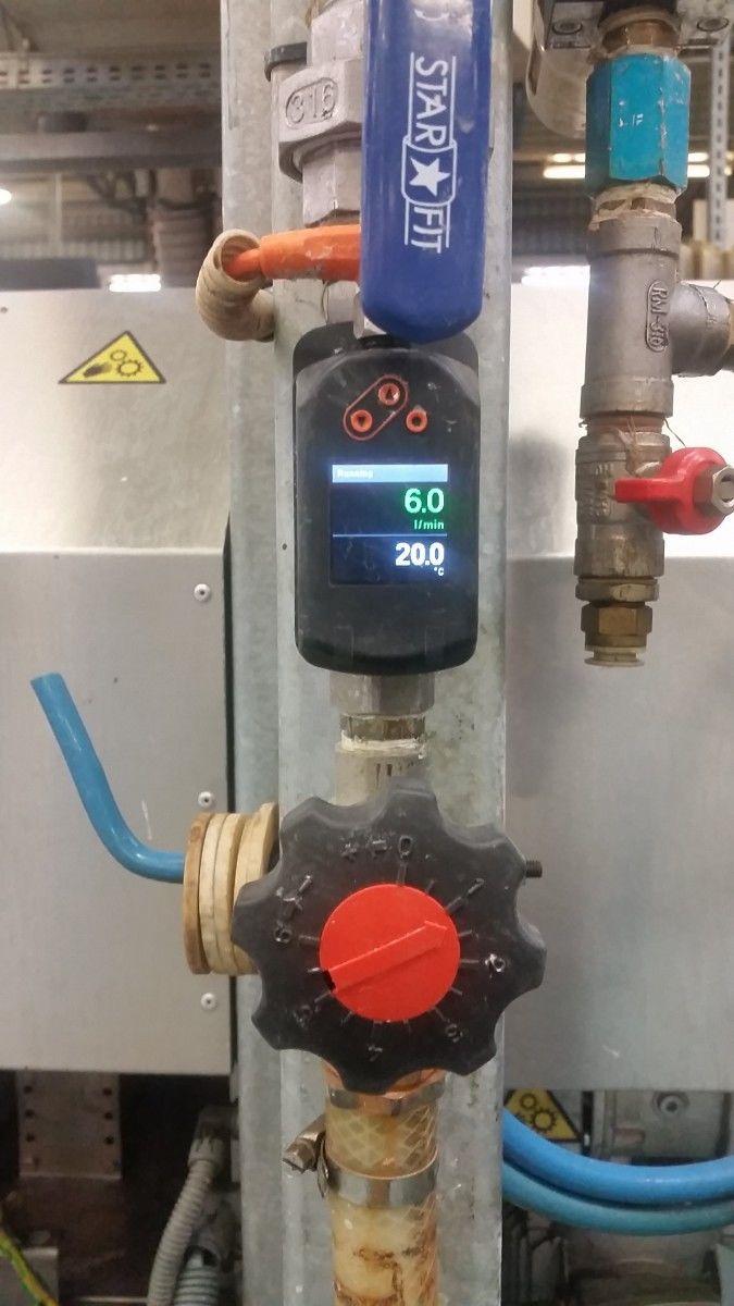 """""""Jiříku ať nepřeleješ""""….Jedná se o instalaci měření spotřeby a přesného průtoku demineralizované (DEMI) vody s cílem zajistit kvalitativní chod mycích linek pro mytí plochého skla.Soutěžící: Přemysl Honzek"""