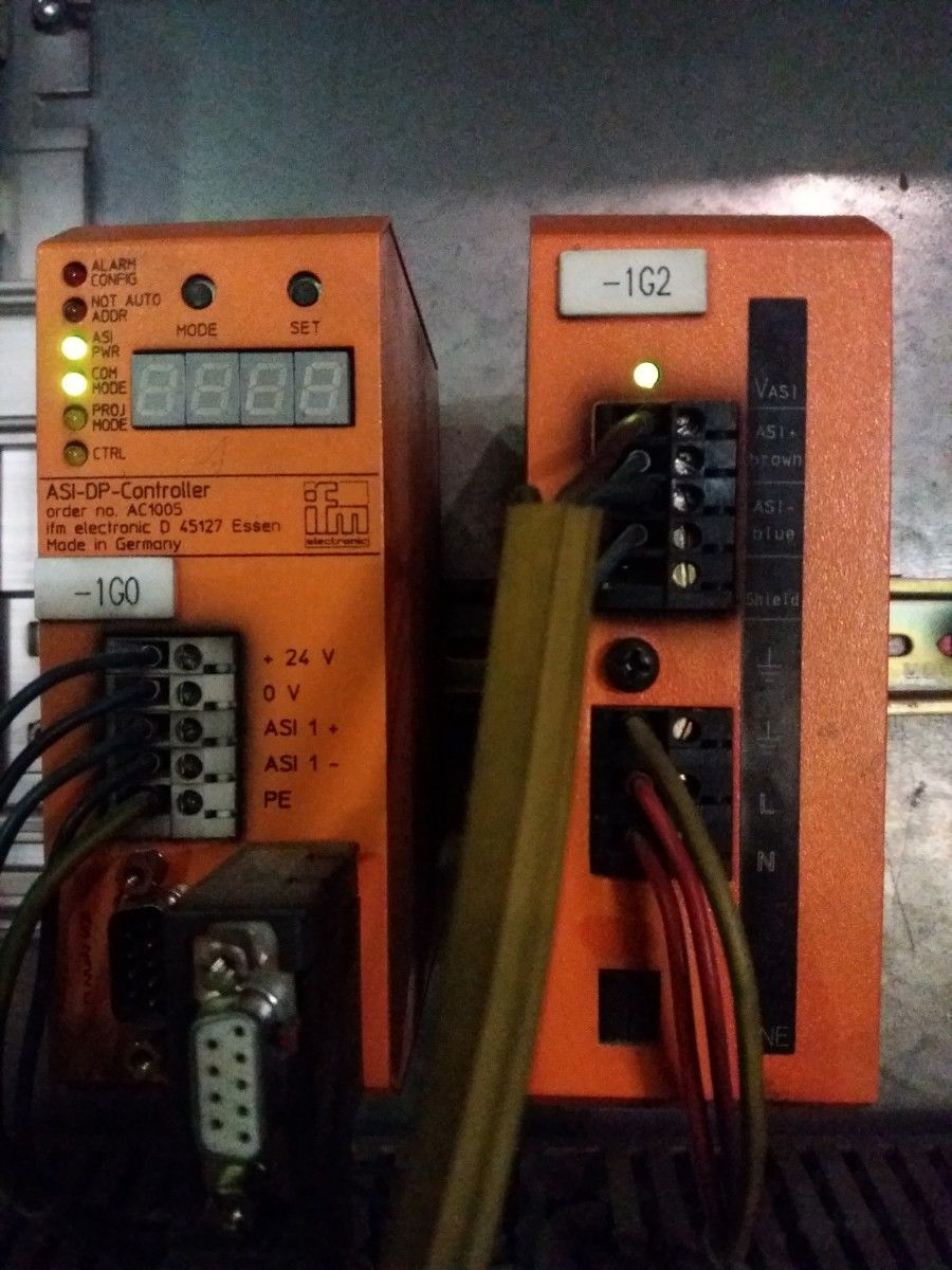 """""""Předchůdce"""" modernizovaného zařízení IO Link od IFM. Komunikační sběrnice (RS 232) ASI – DP – Controller-za dobu provozu stále bez problémů."""
