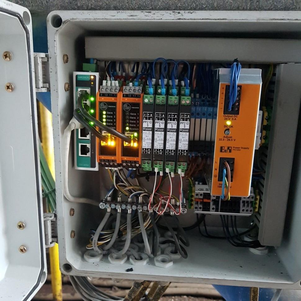 Monitorovacia skrinka na sledovanie vibrácii a teplôt ložísk ( elektromotor a ventilátor) na dymovom ventilátore ktorý vyháňa dym z regeneračného kotla.