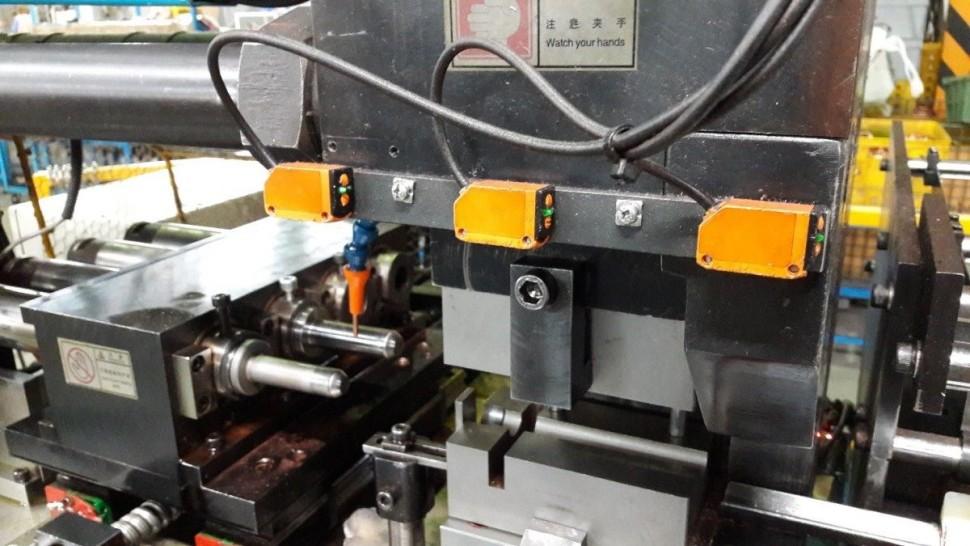 """""""Keďže tento pracovný priestor neumožňuje nainštalovať svetelnú závoru, spoľahlivo ju nahrádzajú tieto difúzne optické snímače O6H-FPKG, ktoré tiež bezpečne chránia ruky našich pracovníkov"""" Soutěžící FUSO"""