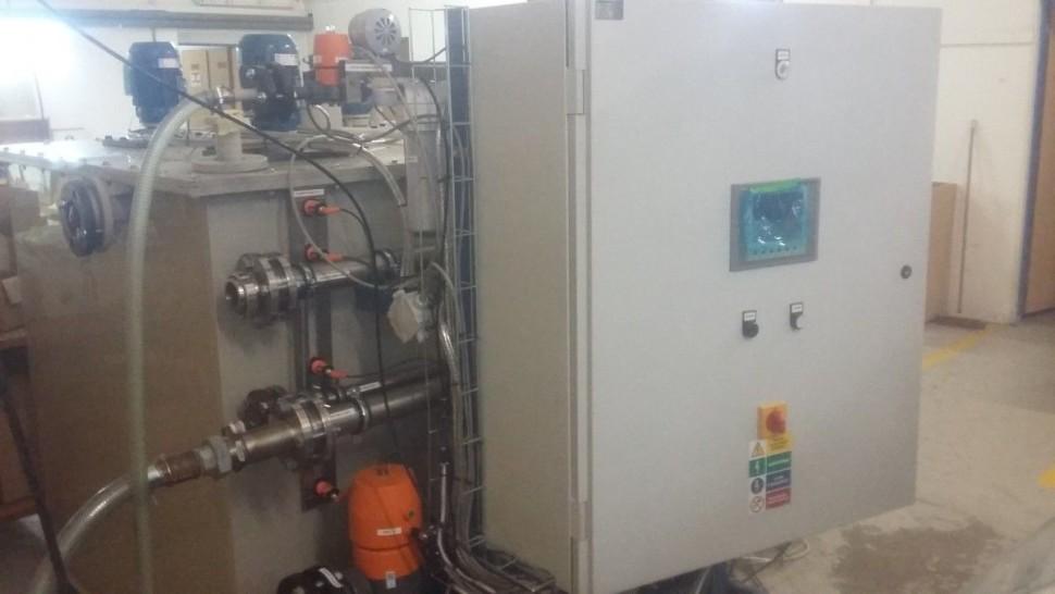 """"""" Celý systém solanky""""...foto systému, kde jsou použity IFM kapacitní senzory pro hlídání hladiny v nádrži, kde se mísí sůl s vodou a vzniká solanka. FOTO 1 Soutěžící: Daniel Richtár"""