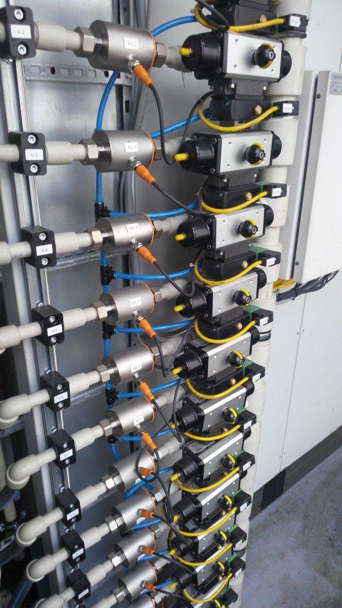 Řízení a kontrola průtoku chladící vody na licím stroji.