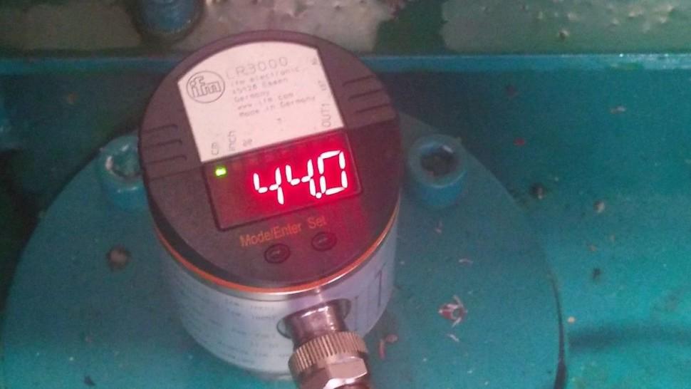 Hladinový senzor s analogovým výstupem pro přesnou kontrolu úbytku hydraulického oleje .