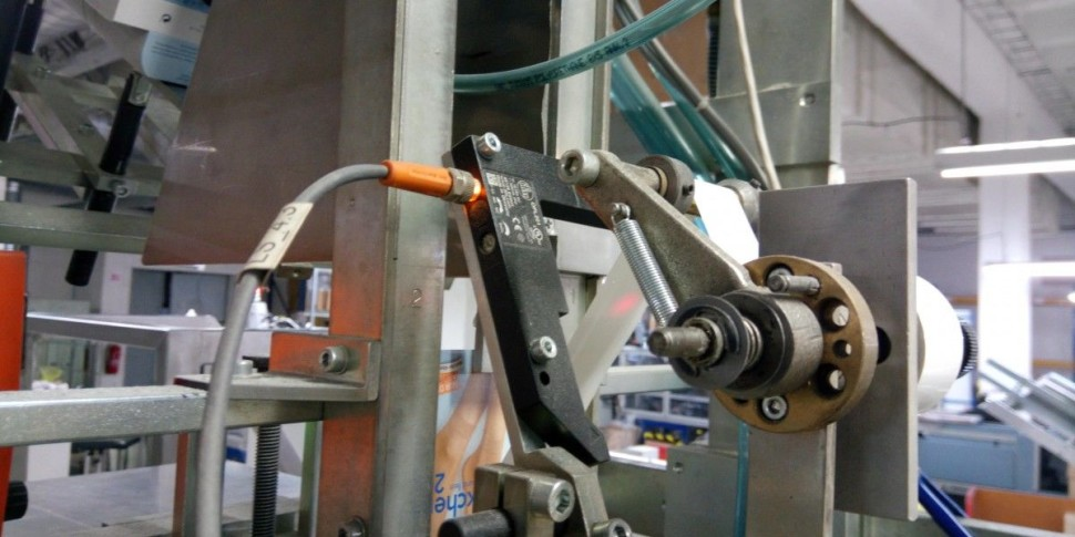 Rasitslav Murgaš Snímanie prevíjania pásky na potlač obalového materiálu pre pančuchové výrobky.Pri pretrhnutí pásky alebo jej dokončení senzor odošle signál do stroja a ten vyhodí poruchu na ovladacom panely.