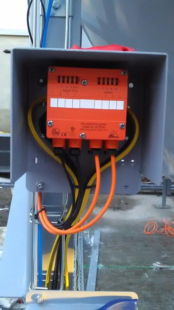 """""""Už žádné podružné rozvaděče žádné řadovky a kilometry kabelů ! S AS-i čistě a rychle!"""" Technologie pro čištění odpadního vzduchu z procesů. Kompletní instalace je provedena v sběrnici AS-i,. Ovládá akční členy, hořák i sběr infa. Pavel Sklenář"""