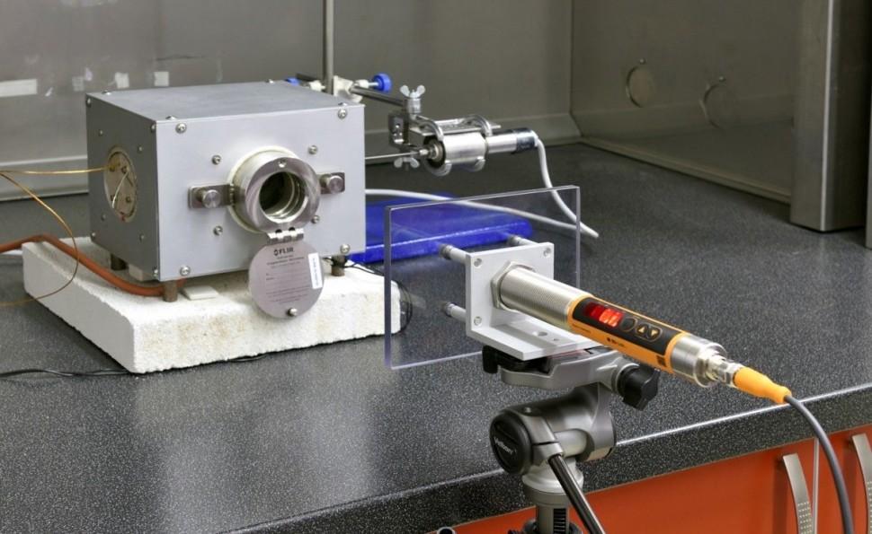 Bezkontaktní měření okamžité teploty zirkoniové trubky během její rychlé deformace za vysoké teploty.