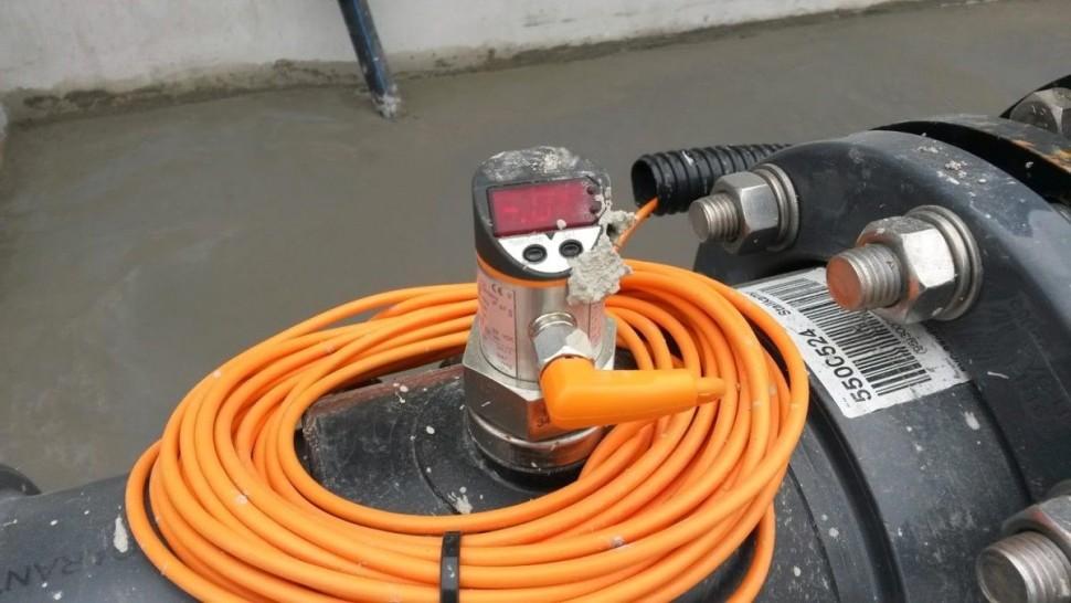 Tlakové čidlo IFM řady PF, použito na potrubí pro měření přetlaku/podtlaku jako ochrana čerpadla.Bohužel instalace technologie byla rychlejší než stavba a muselo tak přežít i nevybíravé zacházení zedníků. Funguje bezproblémů dodnes.