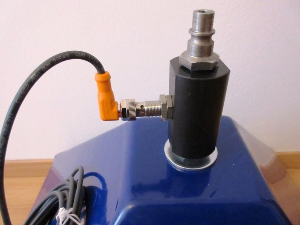 """""""Robotické svařování pod kontrolou ifm"""" Aplikace pro kontrolu přítomnosti svařovacího drátu pro robotizovaná svařovací pracoviště. Cílem je zajistit svár bez napojení (nesmí dojít drát po celé délce sváru) Soutěžící: Vláďa Kaisrlík"""