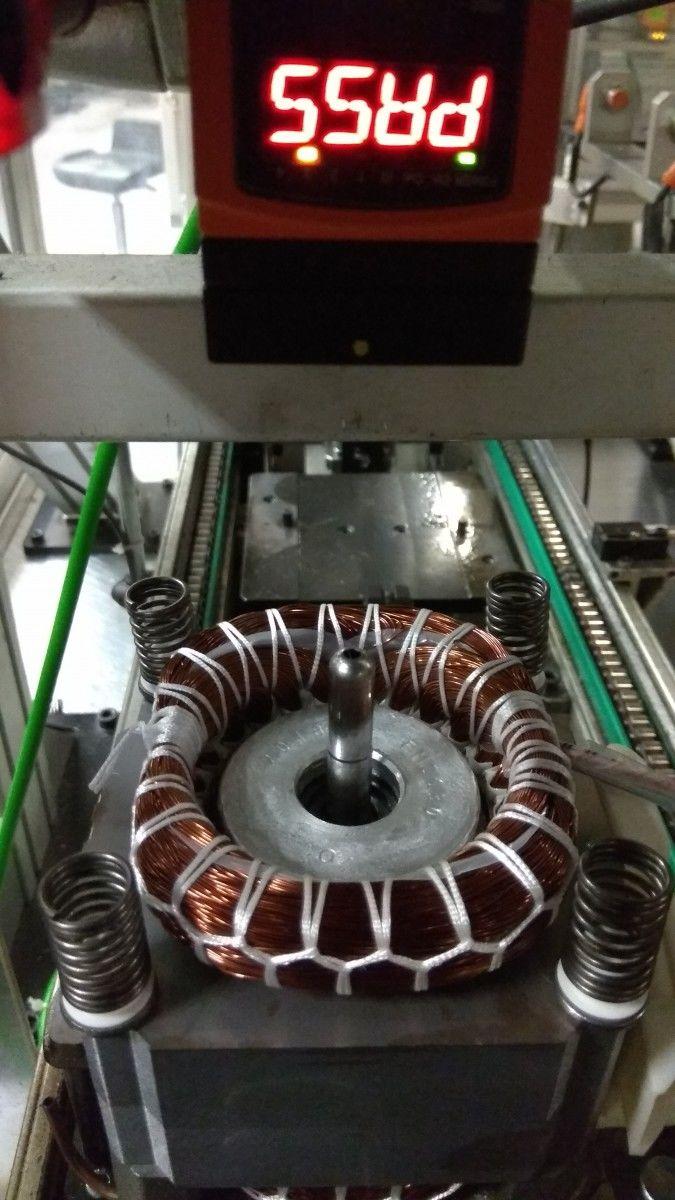 """"""" IFM hľadá čiernu dieru"""" Sledovanie otvoru v olejovej rúrke . Biela plocha otvor nie je, Čierna otvor je prítomný. Rúrka pri rotácii hriadeľa nasáva olej zo spodnej časti na mazanie mechaniky . Ak sa prestane mazať"""