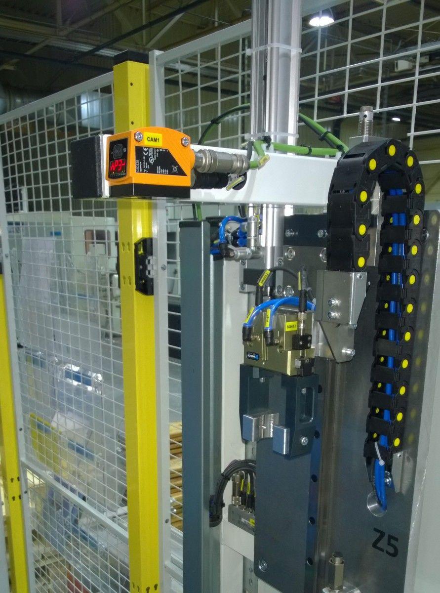 Orientovanie dielov pre robota pomocou kamery O2D2. Robot prinesie diel pod kameru a ona určí rotáciu dielu.